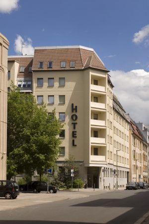 1-Hotel-Dietrich-Bonhoeffer-Haus-Aussenansicht-hoch